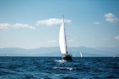 sailing Luxejachten bij Egeïsche Overzees royalty-vrije stock foto