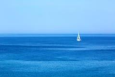 sailing Schipjacht met witte zeilen in de open zee Luxeboten stock fotografie