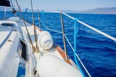 sailing Schipjachten met witte zeilen in de open zee royalty-vrije stock afbeeldingen