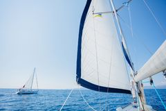 sailing Schipjachten met witte zeilen in de open zee stock afbeeldingen