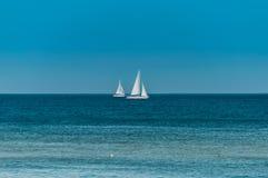 sailing Schipjachten met witte zeilen in de open zee stock foto's