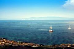 sailing Schipjachten met witte zeilen in de open zee Luxeboten royalty-vrije stock foto's