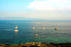 sailing Schipjachten met witte zeilen in de open zee Luxeboten stock foto's