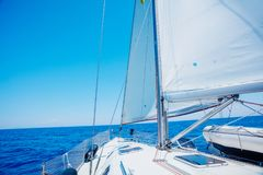 sailing Schipjachten met witte zeilen in de open zee stock foto