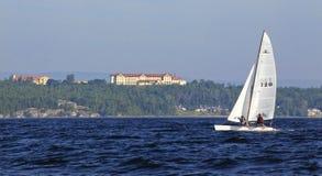 Sailing See Champlain weg von der Hochschule Stockbild