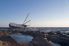Sailing ship stranded on the rocks Royalty Free Stock Photos