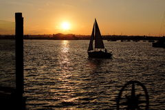 Sailing to sunset Royalty Free Stock Photos