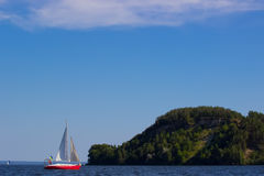 Sailing yacht near the island Stock Photography