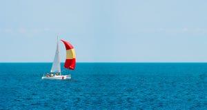 sailing yachting toerisme Luxelevensstijl Schipjachten met witte zeilen stock afbeeldingen