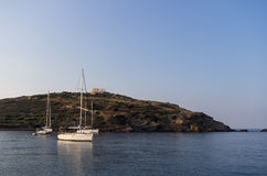 Sailing yachts under the ancient temple of Poseidon, Sounio, Greece Stock Photography