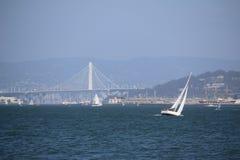 Sailingboat перед мостом золотого строба, Сан-Франциско, Калифорния, США Стоковые Фотографии RF