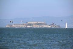 Sailingboat перед мостом золотого строба, Сан-Франциско, Калифорния, США Стоковая Фотография RF
