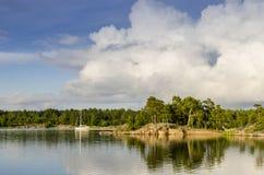 Sailingboat a ancré l'archipel Suède de Sodermanland photo stock