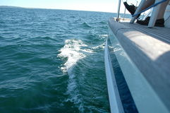 Sailingboat auf hoher See Lizenzfreie Stockfotos