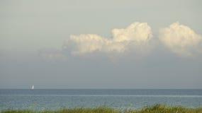 Sailingboat et nuages lourds Images libres de droits