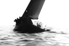 Sailingboat nero durante la regata Fotografie Stock