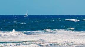 Sailinig在风大浪急的海面 图库摄影