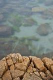 Saillie et eau de mer de roche photographie stock libre de droits