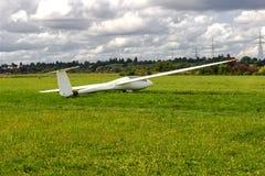 Sailplane,在地面领域的滑翔机飞机广角射击 免版税图库摄影