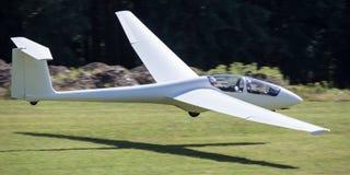Sailplane landning på ett flygfält Arkivfoton