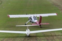 Sailplane och en bogseraflygplanstart på ett flygfält Arkivbilder