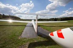 Sailplane på ett flygfält Fotografering för Bildbyråer