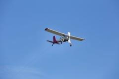 Sailplane som bogserar flygplanet Fotografering för Bildbyråer