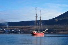 Sailship bij Svalbard Kust stock afbeelding