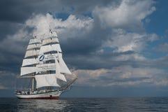 Sailship unter Himmeln Stockfotografie