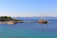Sailships w Ormos Panagias porcie obraz royalty free