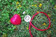 Sain, concept de soins de santé Stéthoscope rouge avec le coeur rouge sur g Photos stock
