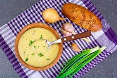Sain, nourriture de régime : soupe des pommes de terre avec les croûtons, le pain et le GR photo stock