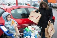 Saindo do supermercado Fotografia de Stock