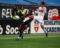 Sainey Nyassi e Mike Banner combattono per la palla Fotografie Stock