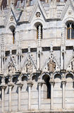 Saint, arquitrave da decoração do Baptistery arqueiam, catedral em Pisa fotos de stock