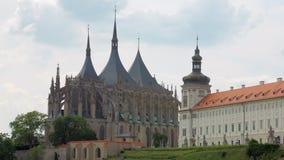 Saint Barbara Church, Kutna Hora em República Checa no dia de verão filme