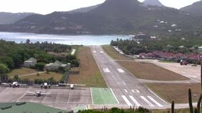 Saint Barth Airport Runway Zoom Out banque de vidéos