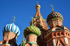Saint Basil Cathedral e descida de Vasilevsky do quadrado vermelho em Moscou, Rússia imagem de stock