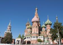 Saint Basil Cathedral e descida de Vasilevsky do quadrado vermelho no Kremlin de Moscou, Rússia fotos de stock royalty free