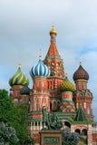 Saint Basil& x27; catedral e monumento de s a Minin e a Pozharsky em R Imagem de Stock Royalty Free