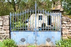 Saint-Ceneri-le-Gerei/FRANCE - Kwiecień 24, 2018: Stara błękitna brama i typowy kamienia dom w wiosce w Niskim Normandy fotografia royalty free