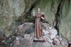 Saint em uma caverna em Rocamadour fotografia de stock royalty free
