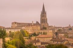 Saint Emilion, chiesa collegiale, chiesa monolitica e la sua campana t fotografia stock