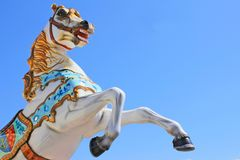 SAINT-GILLES-CROIX-DE-VIE, FRANÇA - 12 DE MAIO DE 2015: Um cavalo brilhantemente colorido do carrossel contra um céu azul brilhan Imagens de Stock Royalty Free