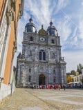 SAINT-HUBERT, BÉLGICA - 28 DE SETEMBRO DE 2014: Os paroquianos e os participantes no domingo reunem-se na frente do Sts Peter e P imagens de stock
