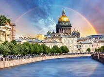 Saint Isaac Cathedral através do rio de Moyka, St Petersburg, Rússia fotos de stock