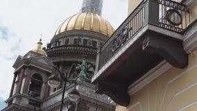 Saint Isaac Cathedral no quadrado do ` s de Isaac de Saint em St Petersburg no dia de verão video estoque