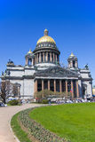 Saint Isaac Cathedral sous le ciel bleu, St Petersburg Images stock
