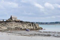 SAINT-JACUT-DE-LA-MER FRANKRIKE - AUGUSTI 2014: Hus på klippan bredvid stranden med att fiska för fartyg, för surfare och för fol Royaltyfri Foto
