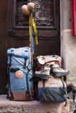 Saint Jean Pied de Port, France - juillet, 14, 2013 : feston de symbole sur le sac à dos avec des chaussures de pèlerinage du cam Photo libre de droits